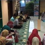 Suasana buka bersama anak yatim yang diselenggarakan oleh Intan Medika